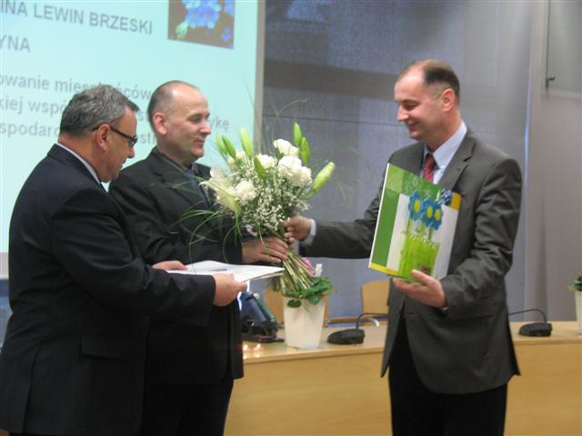 Burmistrz Lewina Brzeskiego - Artur Kotara odbera nagrodę w konkursie Opolskie Kwitnące 2010