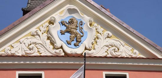 Fronton z symbolem Lewina Brzeskiego nad wejściem głównym do Ratusza w Lewinie Brzeskim
