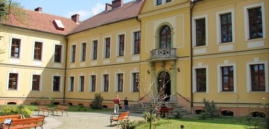 Pałac von Beessów w Lewinie Brzeskim adaptowany na Gimnazjum Publiczne