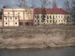 Gimnazjum  w Lewinie Brzeskim położone nad Nysą Kłodzką.jpeg