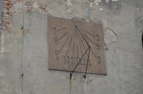 zegar słoneczny na kościele ewangelickim.jpeg