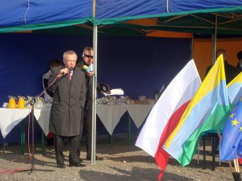 Uroczystość wbicia kamienia węgielnego pod inwestycję Poprawa ochrony przeciwpowodziowej Lewina 6 - Prezes KZGW