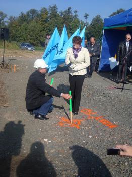 Uroczystość wbicia kamienia węgielnego pod inwestycję Poprawa ochrony przeciwpowodziowej Lewina