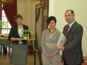 Wręczenie nagrody w konkursie Kwitnące opolskie 2010 dla Pani Sołtys Różyny - Grażyny Lenartowicz