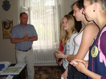 VI B u Burmistrza Artura Kotary z prośbą o poparcie w konkursie KLASA Z KLASĄ