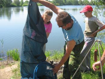 Zawody wędkarskie wna zbiorniku wodnym w Lewinie Brzeskim