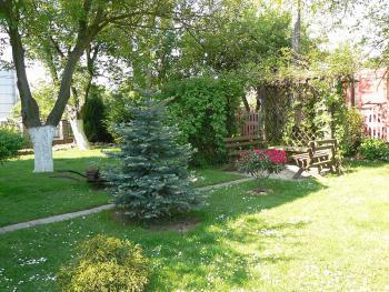 Spójność z krajobrazem kulturowym i przyrodniczym - elementy kwitnące posesji, pergola z ławeczkami