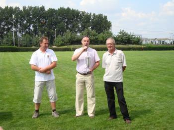 Burmistrz Lewina Artur Kotara wręcza puchar Burmistrzowi Szegvaru - szefowi drużyny węgierskiej w meczu piłkarskim