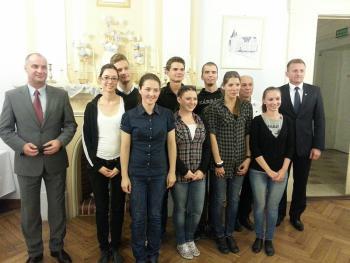 Grupa węgierskich tancerzy z Burmistrzem Arturem Kotarą.jpeg