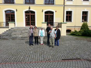 Goście ze Szwecji przed Gminazjum w Lewinie Brzeskim.jpg
