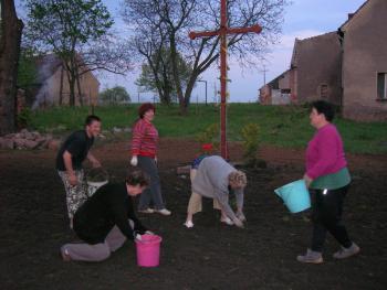 Początki prac przy krzyżu