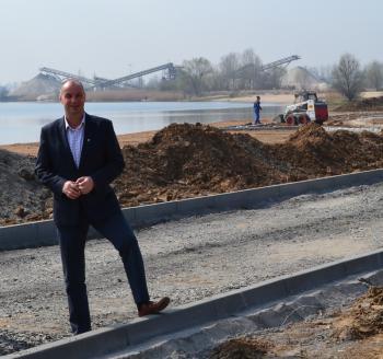 Burmistrz Artur Kotara wizytuje teren budowy na lewińskim kąpielisku.jpeg