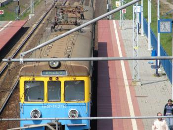 pociąg na stacji w Lewinie