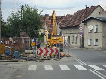 Budowa kanalizacji sanitarnej w Lewinie Brzeskim - sierpień 2010 - ul. Powstańców Śląskich