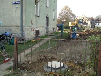 Budowa kanalizacji sanitarnej w Lewinie Brzeskim -listopad 2010 -  ul. Piasta Kołodzieja