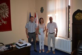 Od lewej: Z-ca Burmistrza Dariusz Struski, Dyrektor Przedszkola nr 2 w Lewinie Brzeskim Dorota Mościcka i Burmistrz Lewina Brzeskiego Artur Kotara.jpeg