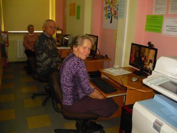 """Galeria """"Dojrzali cyfrowo"""", czyli seniorzy uczą się nowych technologii"""