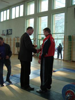 Mistrzostwa w Podnoszeniu Ciężarów w Skorogoszczy.- Burmistrz Lewina Brzeskiego wręcza puchar najlepszemu zawodnikowi