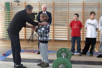 Mistrzostwa w Podnoszeniu Ciężarów w Skorogoszczy.- wręczenie pucharu dla najmłodszego zawodnika