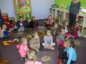 przedszkolaki w bibliotece