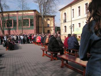 Plac pomiędzy Gimnmazjum a nową salą gimnastyczną w Lewinie Brzeskim