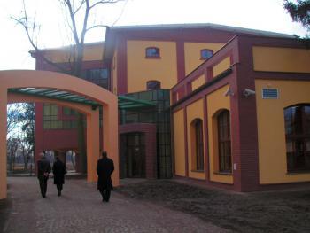 Sala gimnastyczna - wejście główne wraz z łącznikiem z Gimnazjum w Lewinie Brzeskim