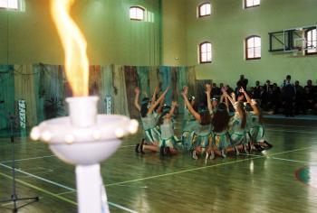 Zapalenie symbolicznego znicza olimpijskiego podczas otwarcia sali gimnastycznej