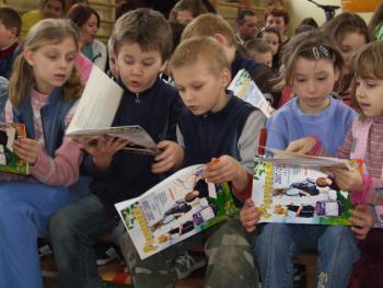 Najmłodsi uczniowie przeglądają książeczki o bezpieczeństwie
