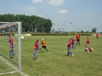 Zawody_piłkarskie_na_stadionie_w_Lewinie_Brzeskim_1