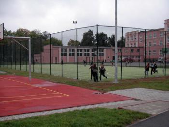 boiska szkolne przy PSP w Lewinie Brzeskim