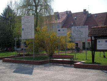 Tablice informacyjne ścieżki rowerowej w Lewinie Brzeskim