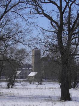 zamek z oddali1 zimą