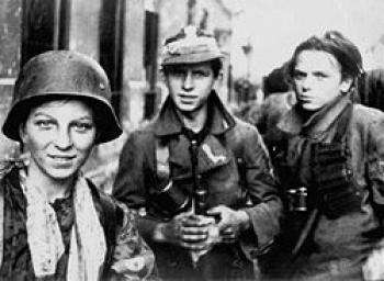 Żołnierze i łączniczki AK, żródło httppl.wikipedia.orgwikiGrafikaWarsaw_Uprising_boyscouts.jpg