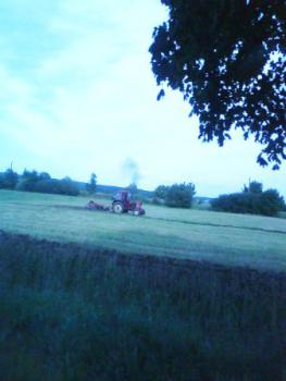 traktor_na_polu_orze.jpeg