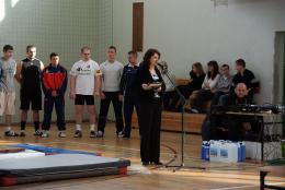 Dyrektor PSP w Skorogoszczy Barbara Lewandowicz otwiera IV Turniej w podnoszeniu ciężarów