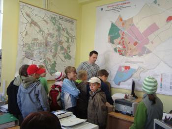 Wizyta dzieci u Burmistrza Lewina Brzeskiego