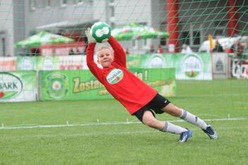 Bramkarz w akcji - z podwórka na stadion o Puchar Tymbarku (fot. Artur Kraszewski)