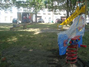 Plac zabaw za Rynkiem w Lewinie Brzeskim